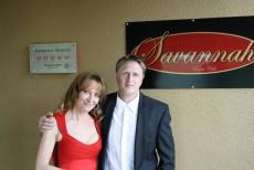 und Steffen und Ramona posieren sichtlich stolz davor.